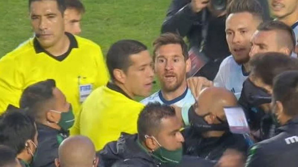 Fight in Bolivia Argentina Messi is reminded that they got six Leo loses the papers with the pelado and Kun encourages his teammate to mess it up